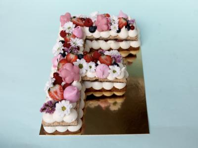 Gâteau Letter Cake avec recette Croustillant framboise & rose