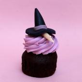 Si vous n'êtes pas des flipettes, passez nous voir à la pâtisserie. On a des gourmandises pour vous accueillir gnaaa ah aaaah... 😈🎃👻👀🕸 ...⠀⠀⠀⠀⠀⠀⠀⠀⠀ Pour Halloween, gâteaux terrifiants, cupcakes dégoulinants, sablés dégoutants, pâtisseries très méchantes et ateliers super flippants... sont de sortie après minuit.⠀⠀⠀⠀⠀⠀⠀⠀⠀ ...⠀⠀⠀⠀⠀⠀⠀⠀⠀ Ici, Cupcake Sorcière avec biscuit moelleux, insert chocolat au lait, ganache montée choco chocottes et décors en pâte d'amande 33% de fruit réalisés à la main.⠀⠀⠀⠀⠀⠀⠀⠀⠀ ...⠀⠀⠀⠀⠀⠀⠀⠀⠀ Chez Bogato 🧟 ⠀⠀⠀⠀⠀⠀⠀⠀⠀ Pâtisserie hantée située 5 rue Saint Merri dans le fin fond du Marais. #halloween #memepaspeur #quiveutdesbonbons