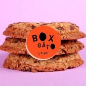 Pour passer au mieux cet énième semaine de confinement, nous avons composé pour vous une Box de Goûter mixant le Top-3 de nos meilleures recettes de Cookies !⠀⠀⠀⠀⠀⠀⠀⠀⠀ x 2 Cookies Choco Pécan avec des chunks de chocolat noir & des noix de Pécan grillées⠀⠀⠀⠀⠀⠀⠀⠀⠀ x 2 Cookies M&M's au beurre de cacahuètes & M&M's grillés⠀⠀⠀⠀⠀⠀⠀⠀⠀ x 2 Cookies aux noisettes grillées & chocolat au lait. À partager... ou pas !⠀⠀⠀⠀⠀⠀⠀⠀⠀ ...⠀⠀⠀⠀⠀⠀⠀⠀⠀ Box of 6 Cookies à se faire livrer dès demain, 18,90€ .⠀⠀⠀⠀⠀⠀⠀⠀⠀ Pssst... Nos cookies gourmands se conservent 4 jours dans leur emballage. #hopclickncollect