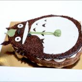🍃Pour les fans inconditionnels de #Totoro, on a une bonne nouvelle : pour se remonter un peu le moral de la fermeture de notre pâtisserie festive jusqu'à fin avril, nous venons de glisser notre Gâteau Totoro à la Carte : choisissez votre recette, votre nombre de parts et même votre personnalisation ! Préparez vos commandes pour le mois de mai : ça va pas faire de mal au moral de penser à quelques petites fêtes 👌 ⠀⠀⠀⠀⠀⠀⠀⠀⠀ ...⠀⠀⠀⠀⠀⠀⠀⠀⠀ Gâteau Totoro avec dacquoise amande, praliné feuilleté,  ganache montée au chocolat blanc, billes croustillantes au chocolat & framboises fraîches. En commande directement sur chezbogato.fr à partir de 10 personnes dans le Chat-bus.