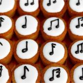 Mini Music avec moelleux au citron et à la semoule de maïs, AVEC swing mais SANS gluten. Glace royale citronnée et musicale 🎵 ⠀⠀⠀⠀⠀⠀⠀⠀⠀ ...⠀⠀⠀⠀⠀⠀⠀⠀⠀ En commande sur chezbogato.fr dans nos 🎶Mini-miams 🎶