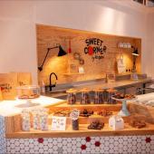 Petites pâtisseries fraîches / Sablés décorés à la main / Cookies cuits sur place tous les matins / Sélection street x retro de confiseries / Sablés avec messages sucrés ou carrément salés / Mini miams / Cupcakes 💩ou 🦄ou... avec biscuit moelleux et ganache montée / Moelleux #noglu / Barres carrément barrées avec la masse de fruits à coque et caramel à gogo / Sablés gravés pour vous sur-mesure... ⠀⠀⠀⠀⠀⠀⠀⠀⠀ ... ⠀⠀⠀⠀⠀⠀⠀⠀⠀ Vous arrivez quand ?⠀⠀⠀⠀⠀⠀⠀⠀⠀ ...⠀⠀⠀⠀⠀⠀⠀⠀⠀ Sweet Corner by Bogato⠀⠀⠀⠀⠀⠀⠀⠀⠀ Rivoli -0 - Concept Store