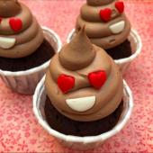 💩 x ❤️ = Nos Cupcakes Poop Love, à retrouver exclusivement et en collection limitée dans notre pâtisserie.⠀⠀⠀⠀⠀⠀⠀⠀⠀ ...⠀⠀⠀⠀⠀⠀⠀⠀⠀ Cupcake avec moelleux chocolat & ganache montée au chocolat au lait. À partir de 5,20€ !⠀⠀⠀⠀⠀⠀⠀⠀⠀ ...⠀⠀⠀⠀⠀⠀⠀⠀⠀ 🎈 Pâtisserie Chez Bogato, 5 rue Saint-Merri, Paris Le Marais, open du mardi au dimanche, de 11h à 17h50.