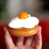 Notre pâtisserie Sunny side up : pour (re)voir la vie du bon côté. Pâte sablée amande et noix de coco, crème passion, meringue à la coco et coeur passion. C'est la pâtisserie préférée de notre vendeuse Loubna !⠀⠀⠀⠀⠀⠀⠀⠀⠀ ...⠀⠀⠀⠀⠀⠀⠀⠀⠀ 🥚Sunny side up, à retrouver dans notre boutique ou en commande à partir de 4 pâtisseries.