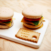 🍔 Sweetburger avec biscuit macaron amande x ganache croustillante au chocolat x pâte d'amande 33% x feuille de menthe fresh x ganache à la framboise.