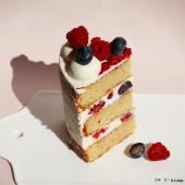 Si vous voulez une petite part de notre Cream Cake avec biscuit moelleux à la vanille & au chocolat blanc, ganache montée légère au chocolat blanc & fruits rouges frais... Vous savez où passer commande. Bah oui, on est bien d'accord avec vous : on va pas se laisser abattre par un nouveau petit confinement.⠀⠀⠀⠀⠀⠀⠀⠀⠀ ...⠀⠀⠀⠀⠀⠀⠀⠀⠀ www.chezbogato.fr