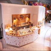 On ne sait pas si vous avez suivi... mais nous avons ouvert un nouveau spot ! Un Sweet Corner by Bogato imaginé par @anaisolmer, dessiné par @studiochloenegre, graffé par @drapier.studio et posé à la Samaritaine, dans le Concept store situé Rivoli - 0 🤘⠀⠀⠀⠀⠀⠀⠀⠀⠀ ...⠀⠀⠀⠀⠀⠀⠀⠀⠀ On y choppe des pâtisseries street food en exclusivité : des sablés pizza à la vanille et fleur de sel, des hot dogs au format cakepops avec biscuit moelleux à la vanille et chocolat blanc (mmmm) / des Sweetburgers avec biscuit macaron, ganache au chocolat croustillante, framboises et feuilles de menthe fraîche / des cornets de frites sucrés sauce vanille... Et tout ce qu'on aime quand on aime se faire plaisir 🤤⠀⠀⠀⠀⠀⠀⠀⠀⠀ ...⠀⠀⠀⠀⠀⠀⠀⠀⠀ ⭕️pen daily de 10h à 20h