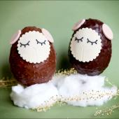 Notre collection de Gros œufs de Pâques est décorée à la main par nos pâtissières : une coque épaisse de chocolat noir ou de chocolat au lait, avec des éclats d'amandes grillées (mmmm…), entièrement garnie de fritures au chocolat et de petits oeufs pralinés (haaaan...). ⠀⠀⠀⠀⠀⠀⠀⠀⠀ ....⠀⠀⠀⠀⠀⠀⠀⠀⠀ 🍫 280g de kiffe chocolaté, à cacher dans votre jardin ou sous votre oreiller.⠀⠀⠀⠀⠀⠀⠀⠀⠀ ...⠀⠀⠀⠀⠀⠀⠀⠀⠀ Découvrez notre collection de #pâques dans notre pâtisserie située 5 rue Saint Merri ou directement sur chezbogato.fr : on livre partout en France 🙌
