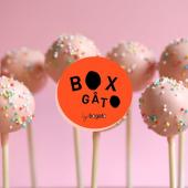 On ne nous y reprendra plus à passer tout un confinement sans Cakepops : ce biscuit si moelleux limite fondant à la vanille x ce glaçage onctueux au chocolat, nous ferait presque oublier le couvre-feu. À boulotter pendant vos soirées (enfin... vos après-midis) Netflix&Chill... Ou pour occuper vos enfants confinés lors du Goûter.⠀⠀⠀⠀⠀⠀⠀⠀⠀ ...⠀⠀⠀⠀⠀⠀⠀⠀⠀ Box à composer d'un assortiment de 10 Cakepops au choix,⠀⠀⠀⠀⠀⠀⠀⠀⠀ avec biscuit moelleux Vanille ou biscuit moelleux Chocolat.⠀⠀⠀⠀⠀⠀⠀⠀⠀ #hopclickandcollect